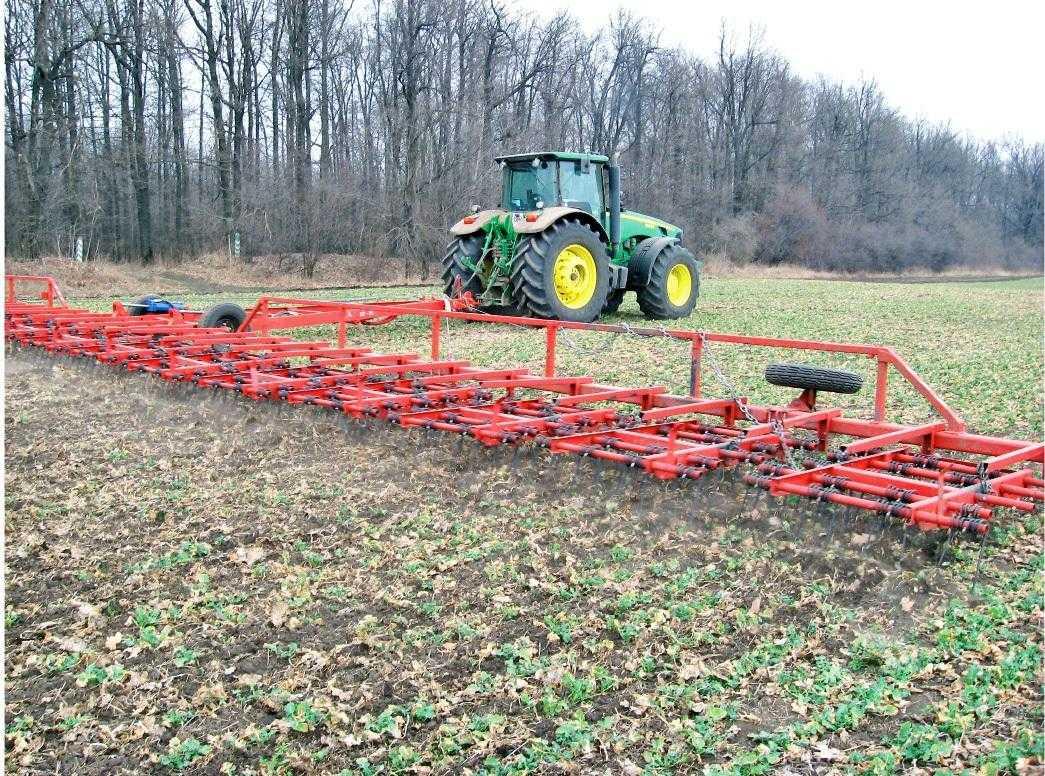 Рис. 8. Весняне боронування посівів ріпаку пружинною бороною. Це підсушує підгнилі листки, закриває вологу