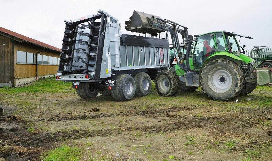 Завдяки бортам, що складаються, із завантаженням причепа може впоратися навіть звичайний трактор з фронтальним навантажувачем
