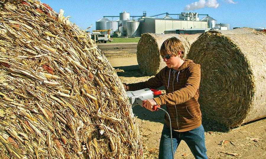 Рис. 11. Проверка качества тюка кукурузной соломы на заводе по производству <strong><figcaption class=